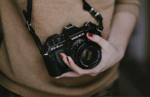 5 fun photography facts you surely didnt know holding camera 300x194 - 5-fun-photography-facts-you-surely-didnt-know-holding-camera
