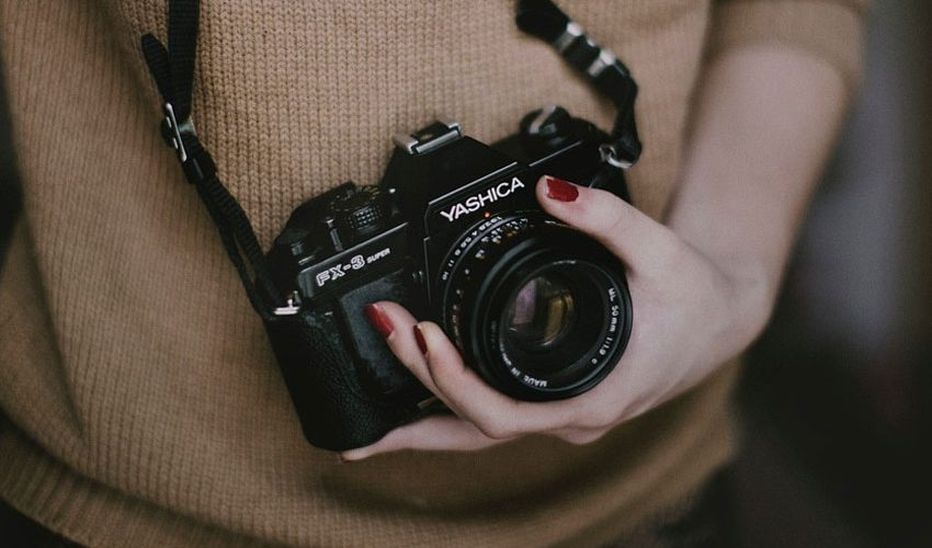 5-fun-photography-facts-you-surely-didnt-know-holding-camera